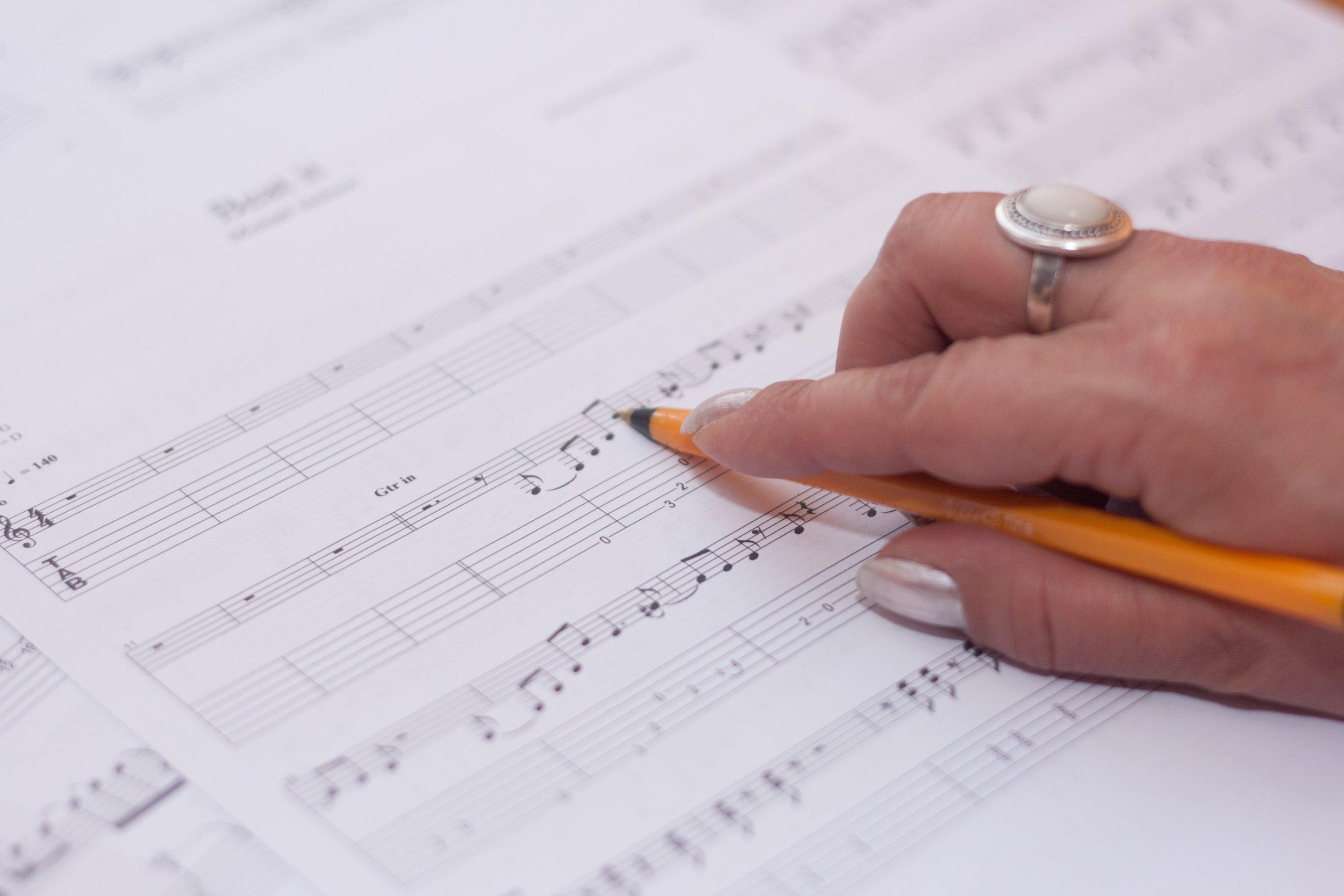 compose-hand-music-3090.jpg