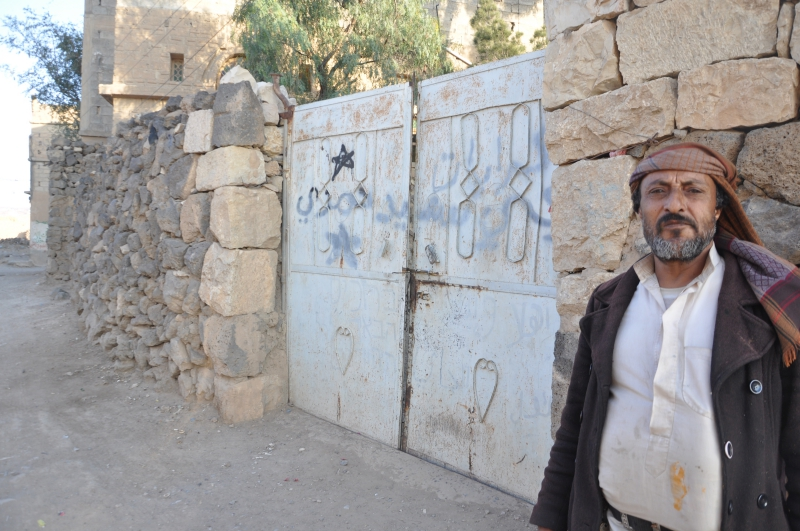 Saʻid al-Naʻati outside al- home in Raydah. Photographed by the author.