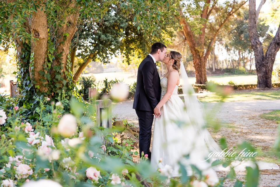 annie_tom kissing in garden.jpg