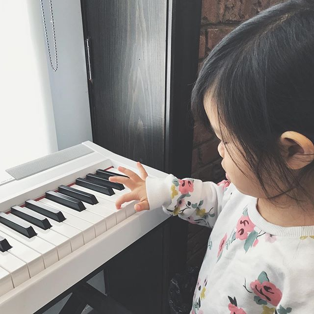 Making music enhances and increases our attention span. Through familiar songs and music making children will further develop their listening skills. ⁣⠀⁣⠀ ··⠀⁣⠀⁣⠀ Interested to learn more about what music can do for your child? Come by or DM me with your questions and don't forget to check out Tater Tots N' Tunes✨in collaboration with @mycoachraquel .⠀⁣⠀⁣⠀ .⠀⁣⠀⁣⠀ .⠀⁣⠀⁣⠀ #musictherapy #musicandhealth #nutrition #sensoryplay #learningthroughplay #mindfulness #inclusion #diversity #abatonintegrativemedicine #abaton #abatonim #haltonhealth #downtownoakville #oakvillemoms #oakvilledads #oakvilleparent