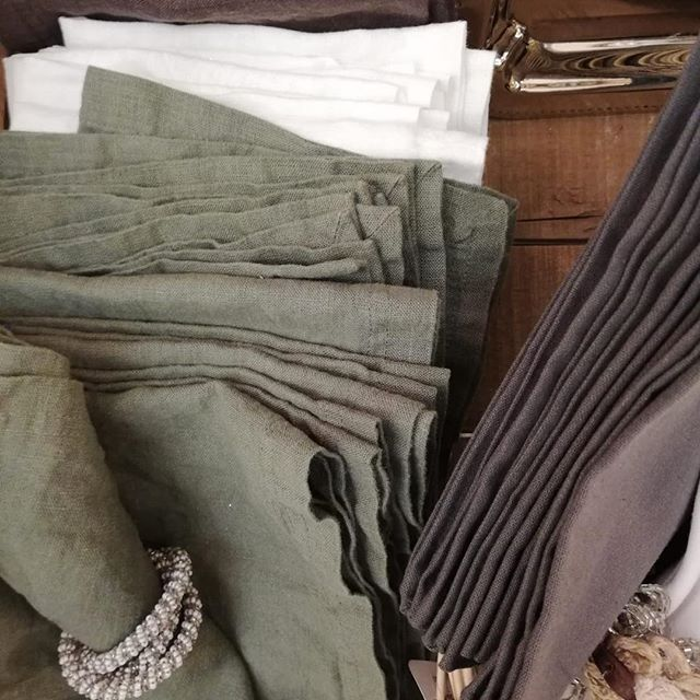 Unsere eleganten Leinen-Servietten sind der Blickfang auf jedem Festtags-Tisch. 🤩 #igersvienna #christmasdecorations #igersaustria #frenchstyle #frenchinterior