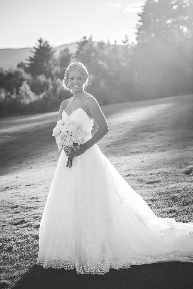 NH Wedding Photographer: bride with bouquet black and white