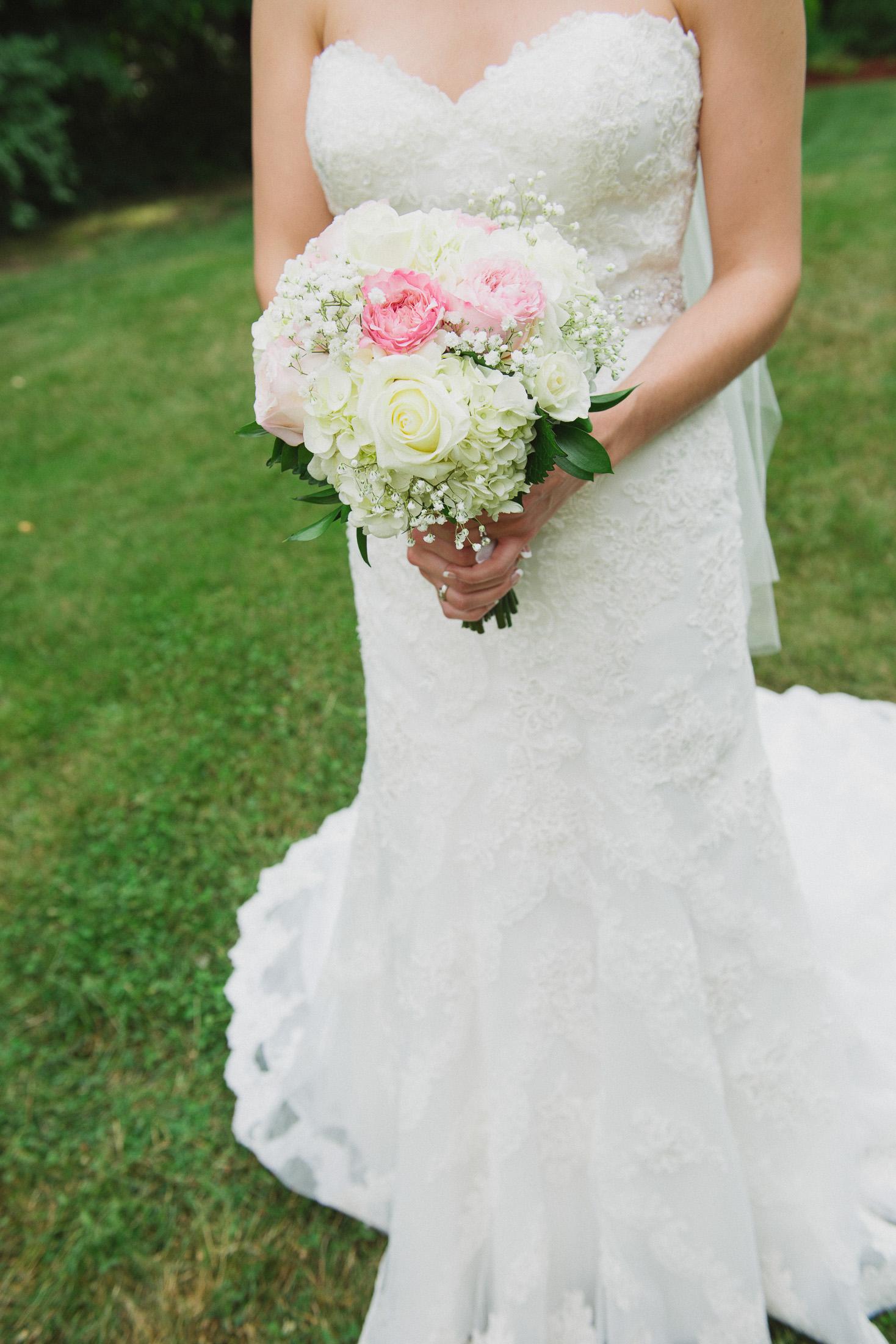 NH Wedding Photographer: bride holding bouquet