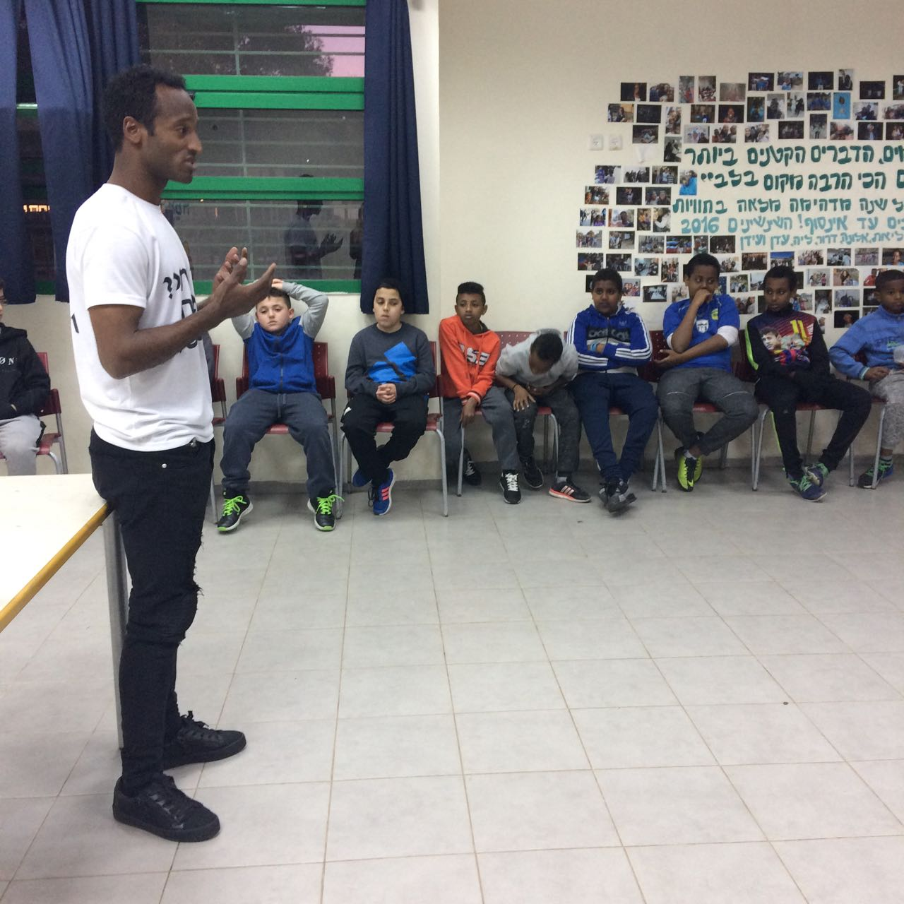 """""""Never be ashamed in your origin"""". Taga speaking with the kids (Imaye Taga's archive)"""