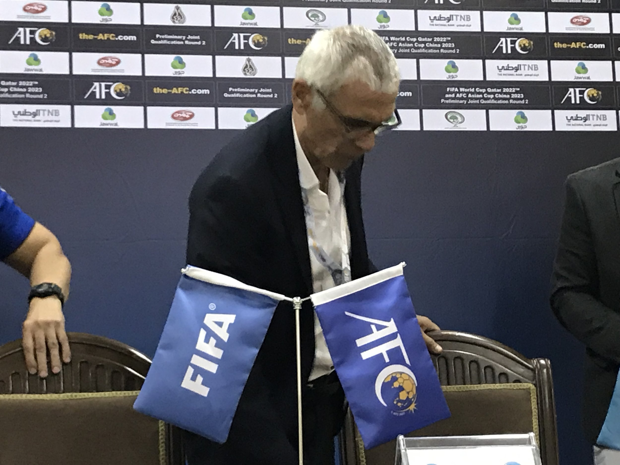 Cliches and embarrassment. Héctor Cúper at the press confrence after the loss to Palestine (BabaGol)