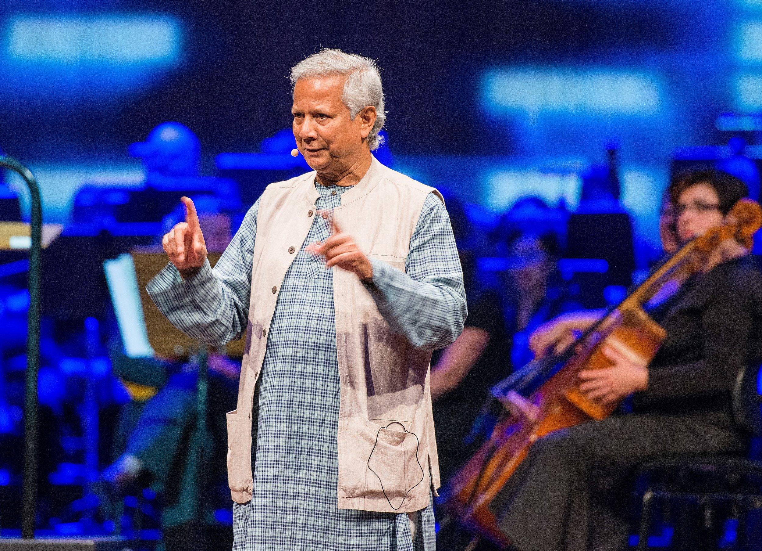 FACTS zu Prof. Muhammad Yunus: Gründung der Grameen Bank, Bangladesch, die Mitte der 70er Jahre mit Privatkrediten von kleinen Geldbeträgen an mittellose Korbflechter begann. Hat daran gearbeitet, die Idee des Social Business zu verbreiten und umzusetzen, ein Konzept für Unternehmen, die soziale Probleme lösen wollen, das finanziell selbsttragend ist und es ihnen ermöglicht, nur ihre ursprünglichen Investitionen zurückzuzahlen und Gewinne in Innovationen oder weiteres Wachstum zu investieren, um ihre sozialen Ziele voranzubringen. Empfänger von Auszeichnungen: Welternährungspreis (1994); Sydney Peace Prize (1998); Seoul Peace Prize and  Nobel Peace Prize (2006);  Presidential Medal of Freedom, Präsident Obama (2009); Congressional Gold Medal, USA (2013).