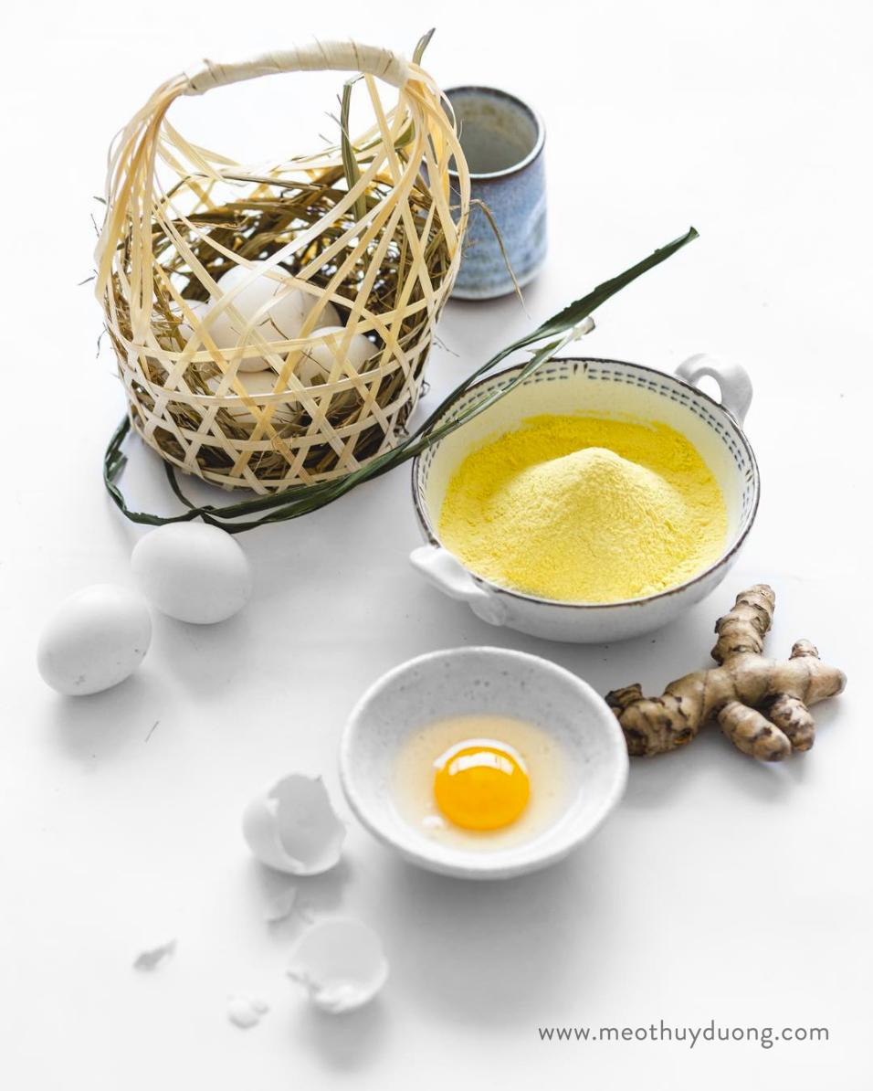 Chụp nguyên liệu bột nghệ và trứng đắp mặt nạ trên nền formex
