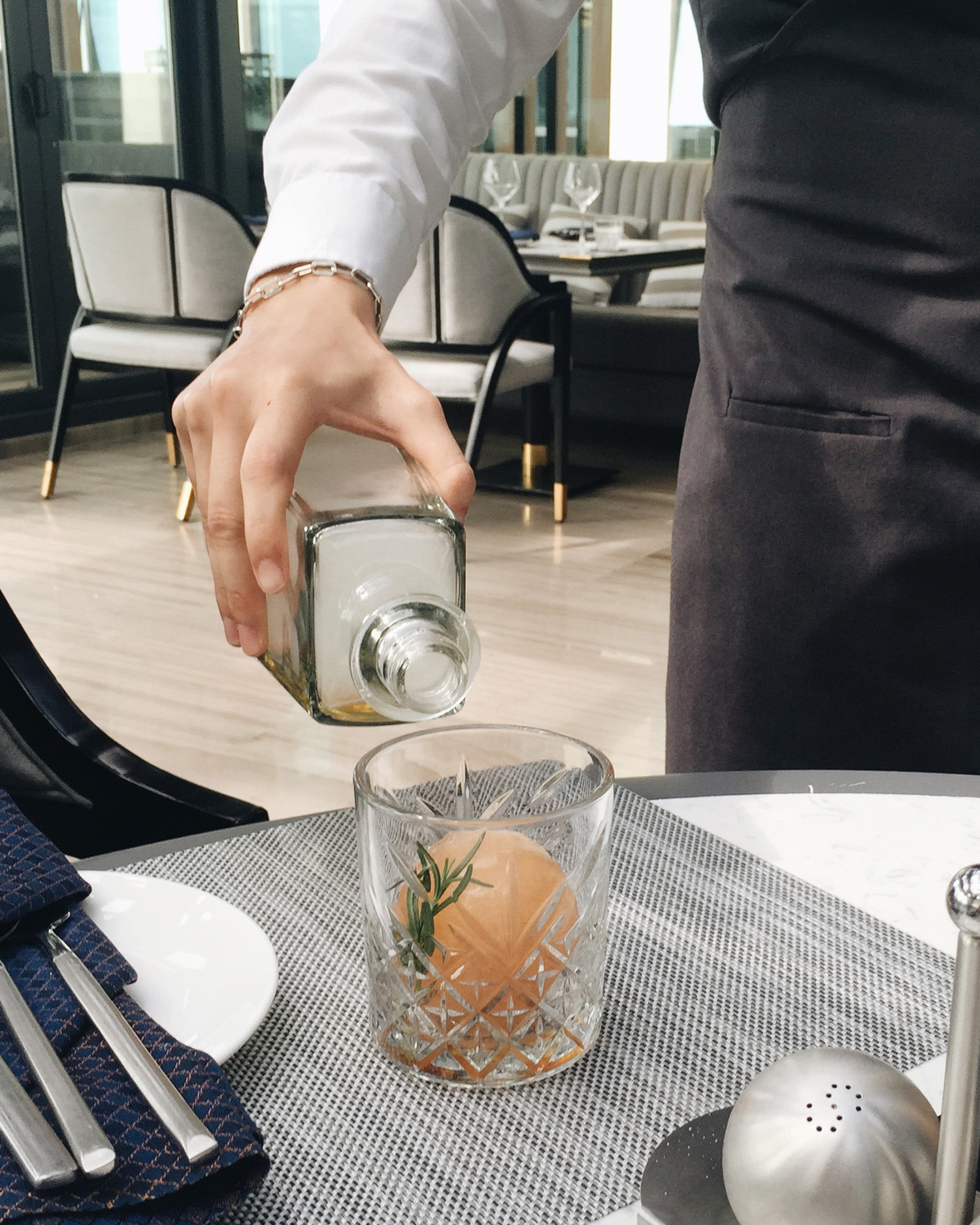 Đây là Golden Sangria, cocktail mà mình sẽ recommend khi các bạn đặt bàn tại Bistecca. Sự kết hợp giữa white wine và apple juice hoà quyện với hương thơm từ thyme đẩy lên cao trào với smoke từ gỗ thông sẽ làm khứu giác của bạn điên đảo khi thưởng thức giữa không gian ngập tràn nắng chiều hoàng hôn của Đà Nẵng xinh đẹp.