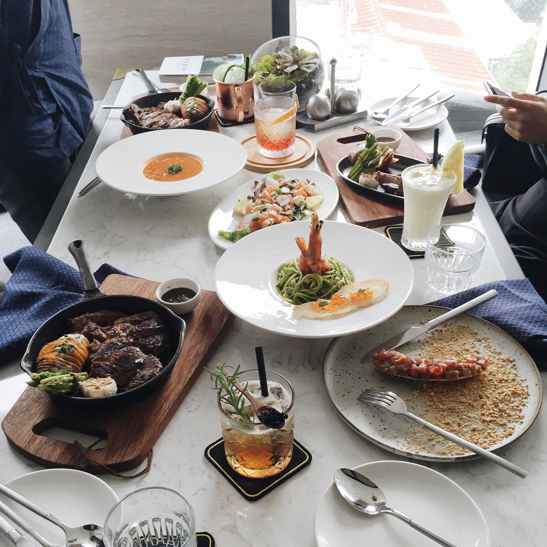 Đây là bữa trưa của mình. Quá tuyệt cho một không gian như Bistecca đúng không? Ngồi ngắm trời mây, ăn tôm hùm, ngà ngà say với những ly cocktail tuyệt vời...