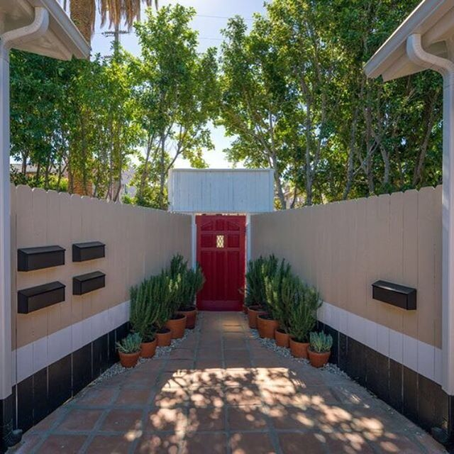 Come in ! #visitus Beautiful day in LA #thewillowla #staycation #shortterm #rentalproperty #rentals #LArental