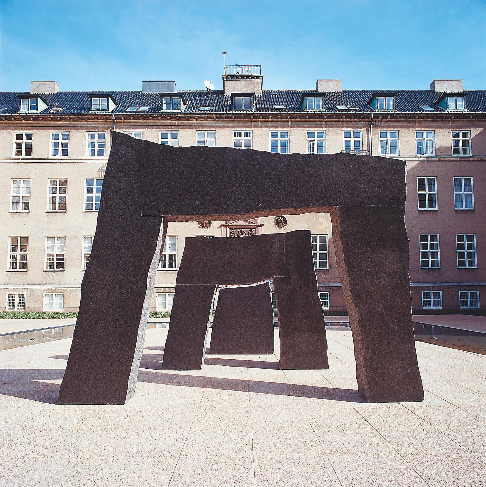 Skulptur i tre dele. Zimbabwe granit. Står ved Rockefeller Center, Juliane Mariesvej, København. 2000.