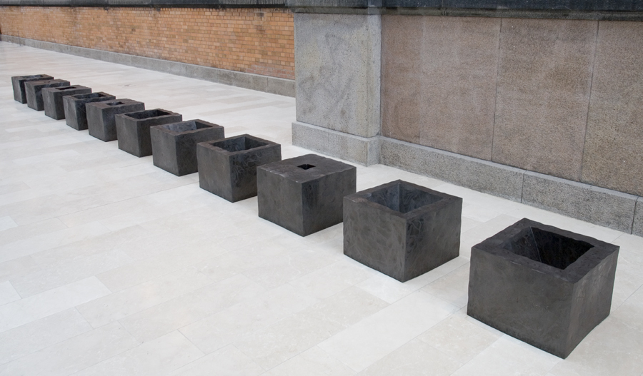 Skulptur i 13 dele tilhører Statens Museum for Kunst. Cortenstål. 1993.