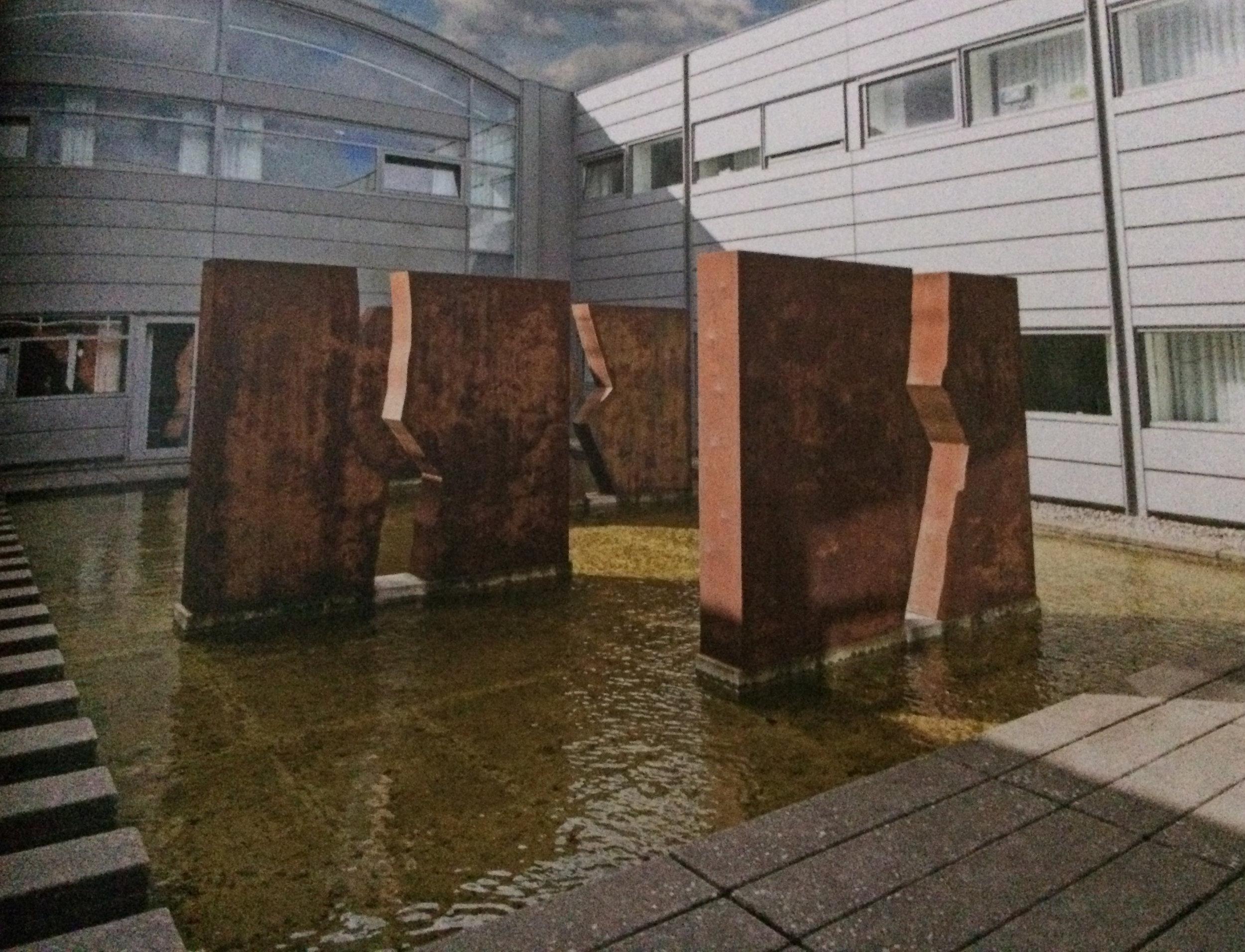 Skulptur i 8 dele. Tilhører Syddansk Universitet, Odense. 2001.