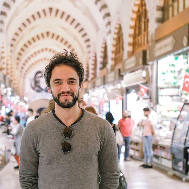 """No Traveller's Guide de hoje vou te contar um pouquinho mais sobre uma característica muito presente na cultura Turca: A NEGOCIAÇÃO! 💸💸 Bom, cheguei na Turquia curioso pra saber se era verdade essa história de pechinchar. Fui no Grand Baazar para comprar alguns presentes, e tentei negociar em cada compra que fiz. O resultado foi que eu acabei recebendo mais de 50% de desconto em algumas compras, fiz amigos e com certeza vou levar essa experiência como algo muito divertido! Fez parte de, de fato, imergir na cultura Turca. Levo esse momento na bagagem com uma frase que um dos vendedores me falou, logo após terminarmos uma negociação: 🇺🇲""""Where are you from? BRAZIL?!? You seem like one of our Turkish brothers negociating like that. """" 🇧🇷""""De onde você é? BRASIL!? Você parece um dos nossos irmãos turcos, negociando assim."""" E se despediu, com um sorriso e um forte aperto de mão. 🤘🤘🤘 Agora me diz aqui nos comentários, você costuma pechinchar quando vai fazer alguma compra? 😜"""