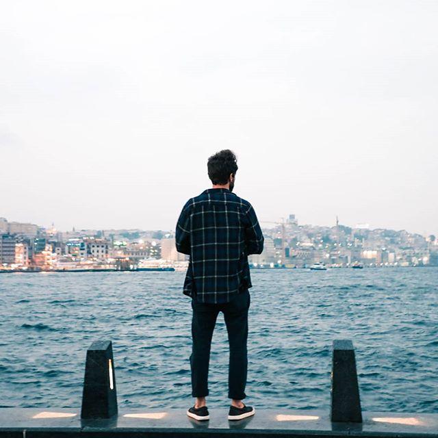 """What's up, guys!  No Traveler's Guide de hoje vamos ter uma dica de expressão pra expressar o sentimento de contemplação. Sabe aquele lugar, ou momento em que você só sente que precisa tirar um tempo e observar? Aquele sentimento de estar presente de corpo e alma em algum lugar, e simplesmente observar com atenção cada detalhe. 🏞️A tradução literal da palavra """"CONTEMPLAÇÃO"""" é algo que soa bem parecido em inglês, saca só: """"Contemplation""""  Fácil né? Vamos ver alguns exemplos desse verbo na prática: 🇺🇲""""She said she spent 30 minutes contemplating that painting on the wall"""" 🇧🇷""""Ela disse que passou 30 minutos contemplando aquela pintura na parede."""" 🇺🇲""""When I travel alone, I tend to spend more time contemplating my surroundings."""" 🇧🇷""""Quando eu viajo sozinho(a), eu costumo passar mais tempo contemplando meus arredores."""" That's it for today, guys! Não esquece de marcar aquele teu amigo ou amiga que também estão aprendendo inglês!🏞️🧘♂️"""
