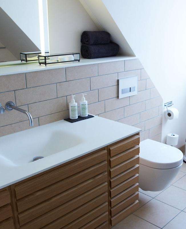 badeinteriør deluxe dobbeltværelse blæsenborg vejrø resort.jpg