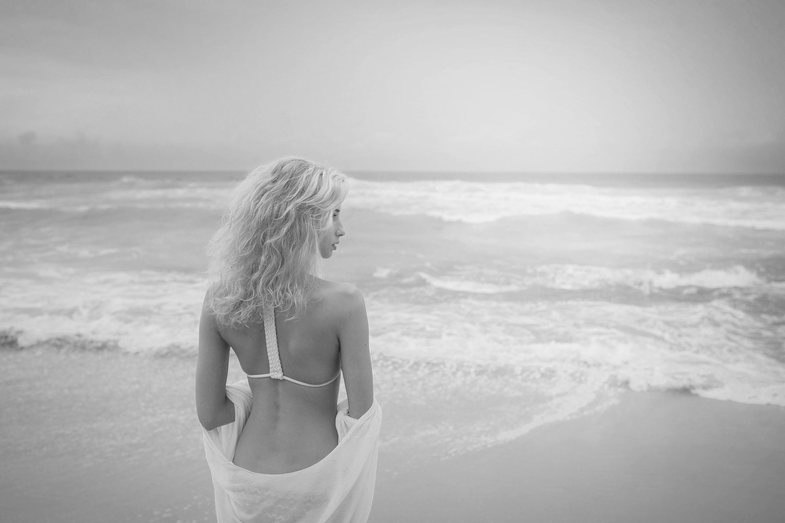 beautiful-young-woman-on-beach-P25PP9W.jpg