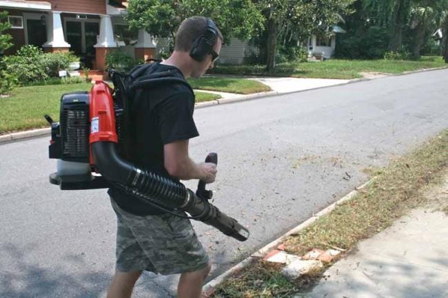ECHO-PB-770T-backpack-blower-sidewalk-650x433.jpg