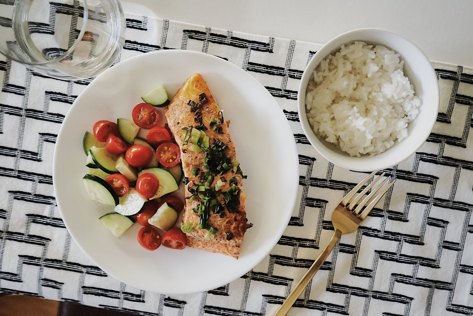 Easy & healthy salmon recipe - Salmon is one of my favorite meals. Check out my go-to recipe. It's delicious, quick and easy!
