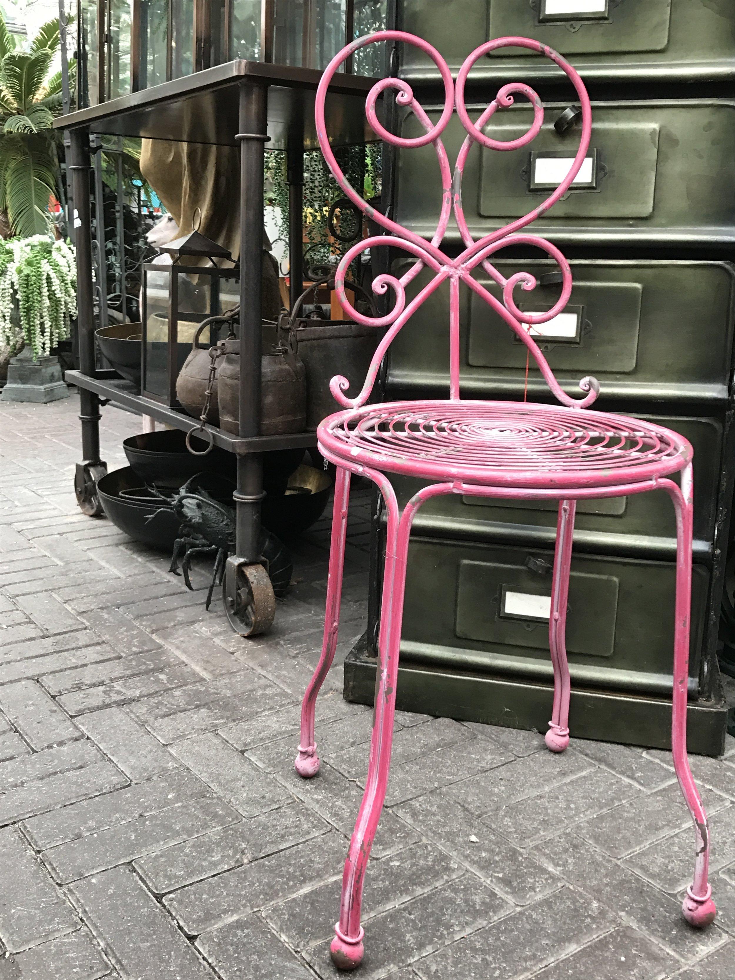Pinkki metallituoli 85€