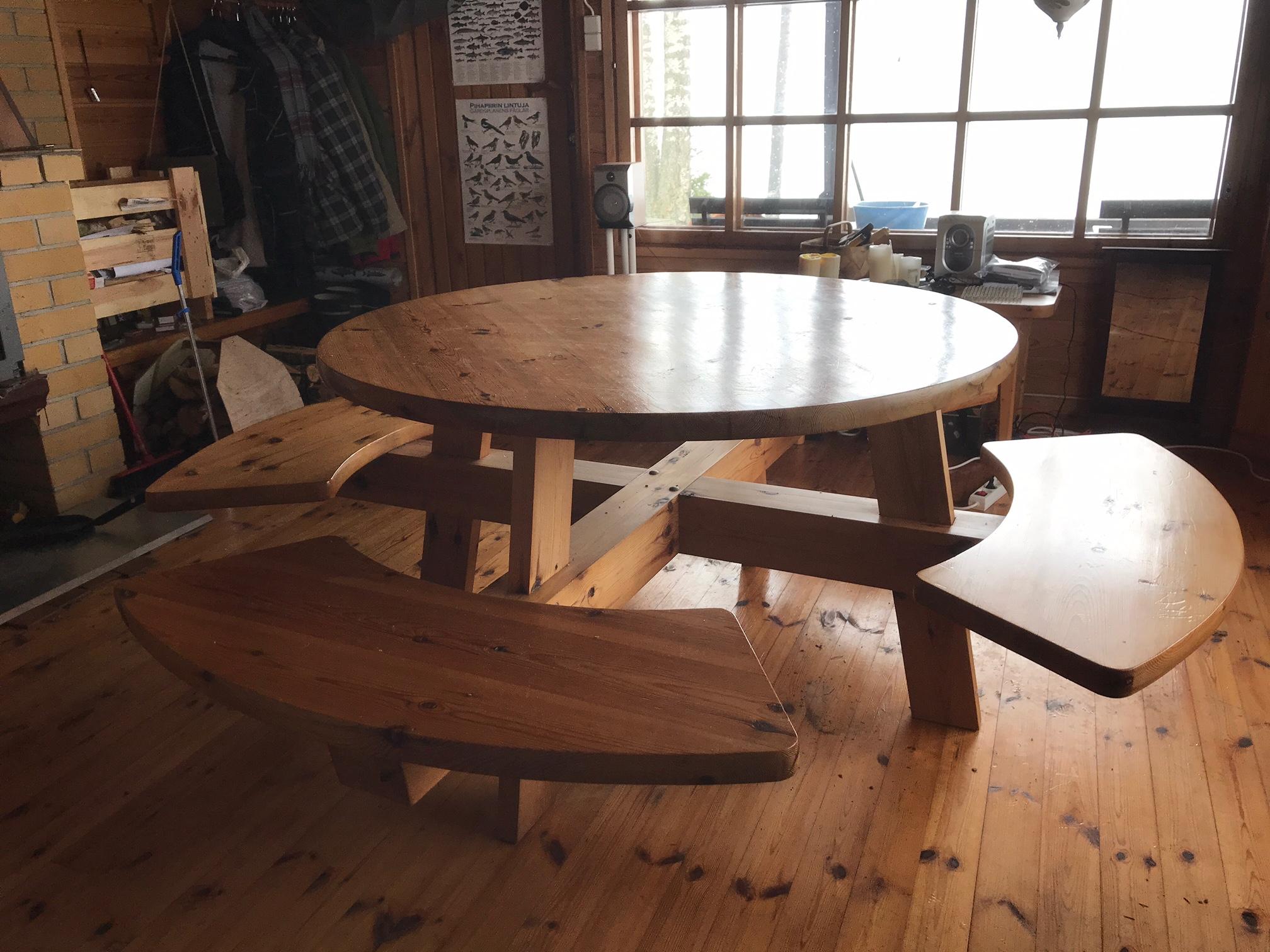 Tosi massiivinen pöytä, ollut kesämökkikäytössä 450 €