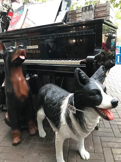 erilaisia koira patsaita