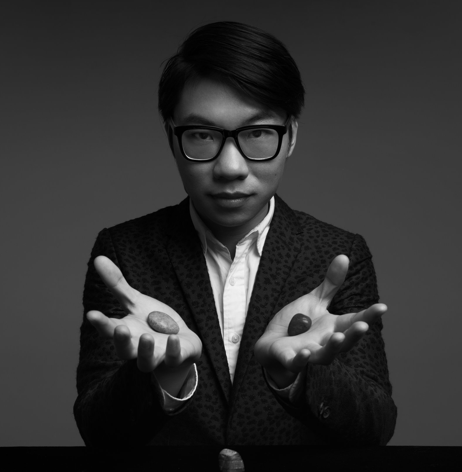 """郭汛杰修读于广东外语外贸大学英语系,擅长于近距离魔术,喜剧类型魔术路线。刘谦曾在《金牌魔术团》节目中大赞""""最高悟性魔术师"""",受到圈内魔术师""""千年难得一遇怪才""""""""魔术表演天才""""的一致评价。  A graduate of the Guangdong University of Foreign Studies, Jay Kwok is best known for his close-up and comedy magic shows. Liu Qian called him """"the most brilliant magician """" in """" Who is the No.1 """" , a magic talent show presented by Hunan Television. He is known as one of the top magicians in China by his peers."""