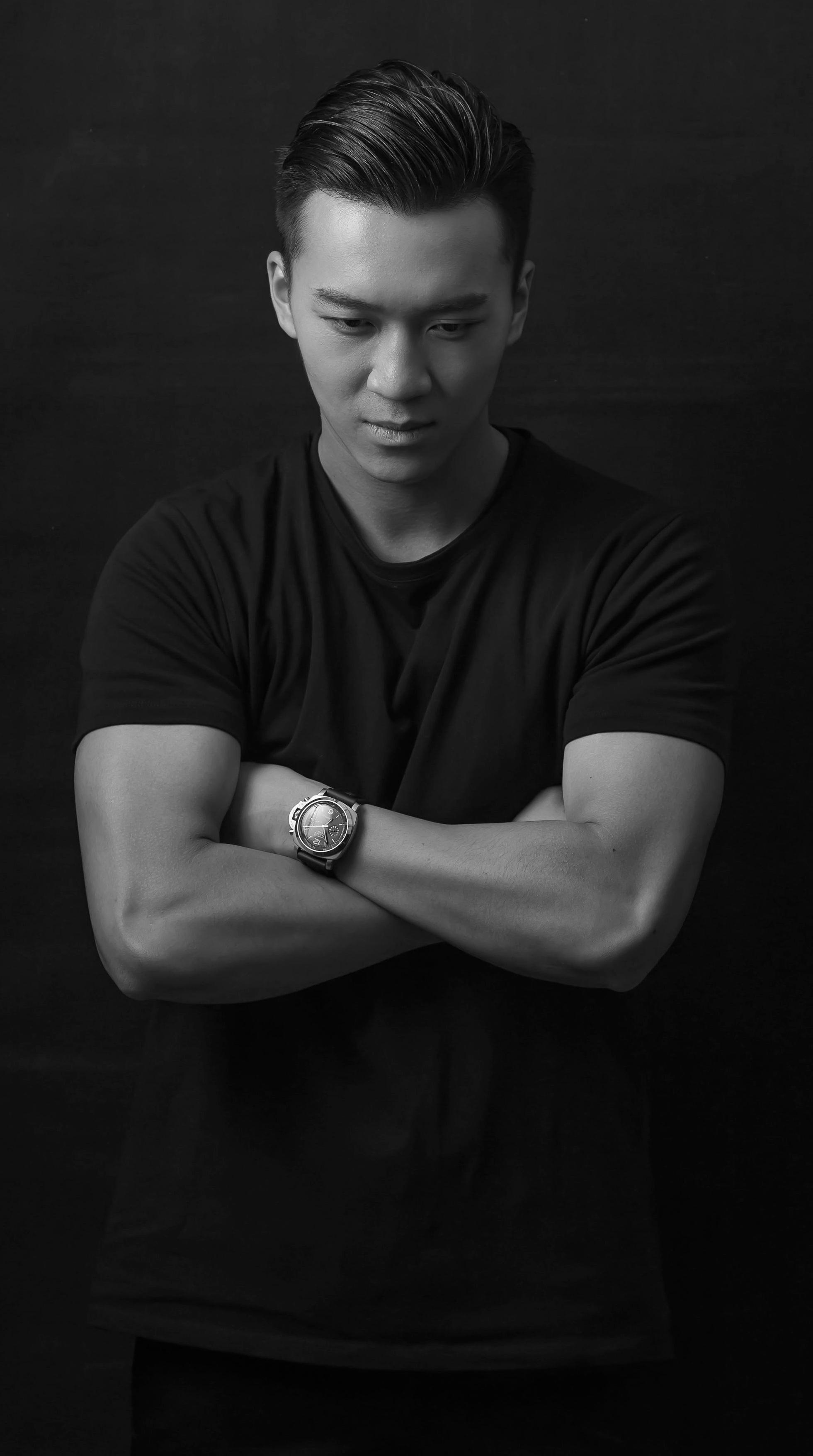 """叶望风毕业于香港中文大学文化研究系。热爱魔术的他曾随魔术大师Jeff McBride及Eugene Burger 深造于拉斯维加斯著名魔术学府-MAGIC and MYSTERY SCHOOL。他是FISM世界魔术联盟亚洲冠军赛优胜者。曾于2012年出战于英国举行的""""魔术奥林匹克""""-FISM 大会。  Fung is a graduate student of the Department of Cultural Studies at the Chinese University of Hong Kong. Fung is a protégé of masters Jeff McBride and Eugene Burger from the Magic & Mystery School, Las Vegas's most prominent school for learning magic. In addition, he won the FISM Asia Grand Prix award and participated in the 2012 FISM World Championships of Magic held in the UK."""