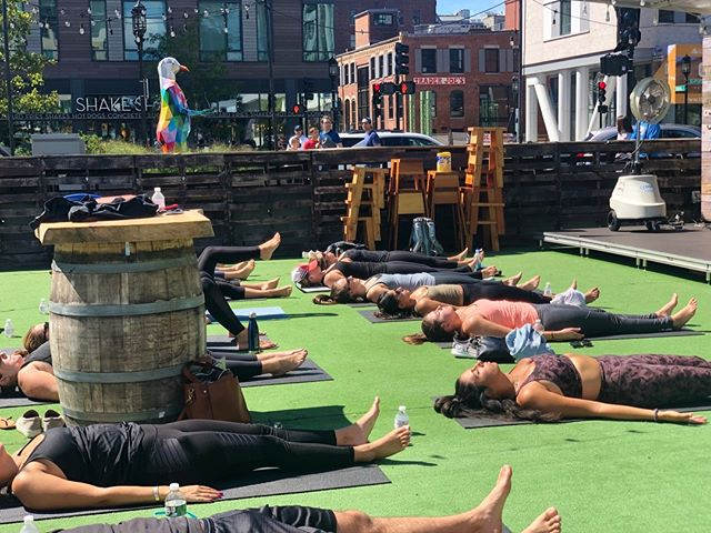 tan n zen...yogefficient 💅🏻 . . . #boston #yoga #seaport #seaportboston #seaportdistrict #bostonyoga #ciscobrewers #outside #outdoors #bostonevents #beer #brewery #craftbeer #wellness #fitness #bostonfit #bostonfitness #yogadaily #yogapractice #yogaeverydamnday