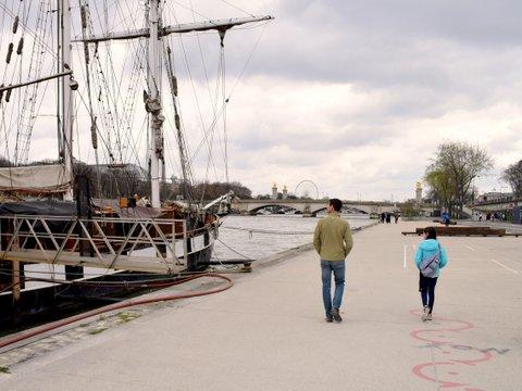 boats-on-berges-de-seine.JPG