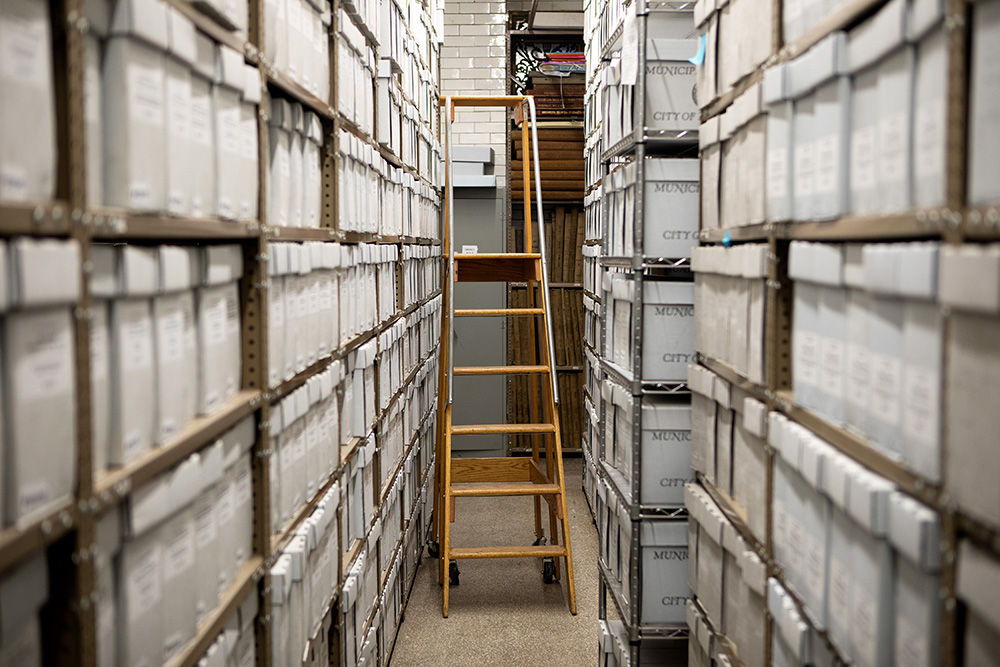 The Municipal Archives reference basement containing Mayoral documents. The archive contains city documents such as birth certificates, official documents, and the Mayoral archive.
