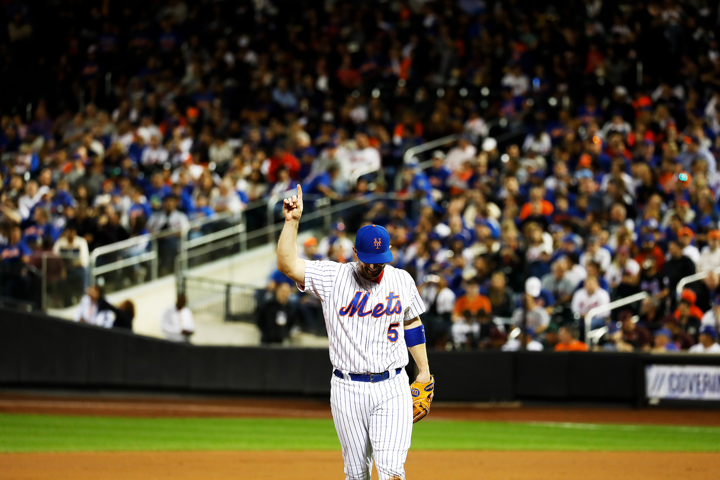 New York Mets David Wright (5) points to the sky during his last game against the Miami Marlins at Citi Field in Flushing, NY.