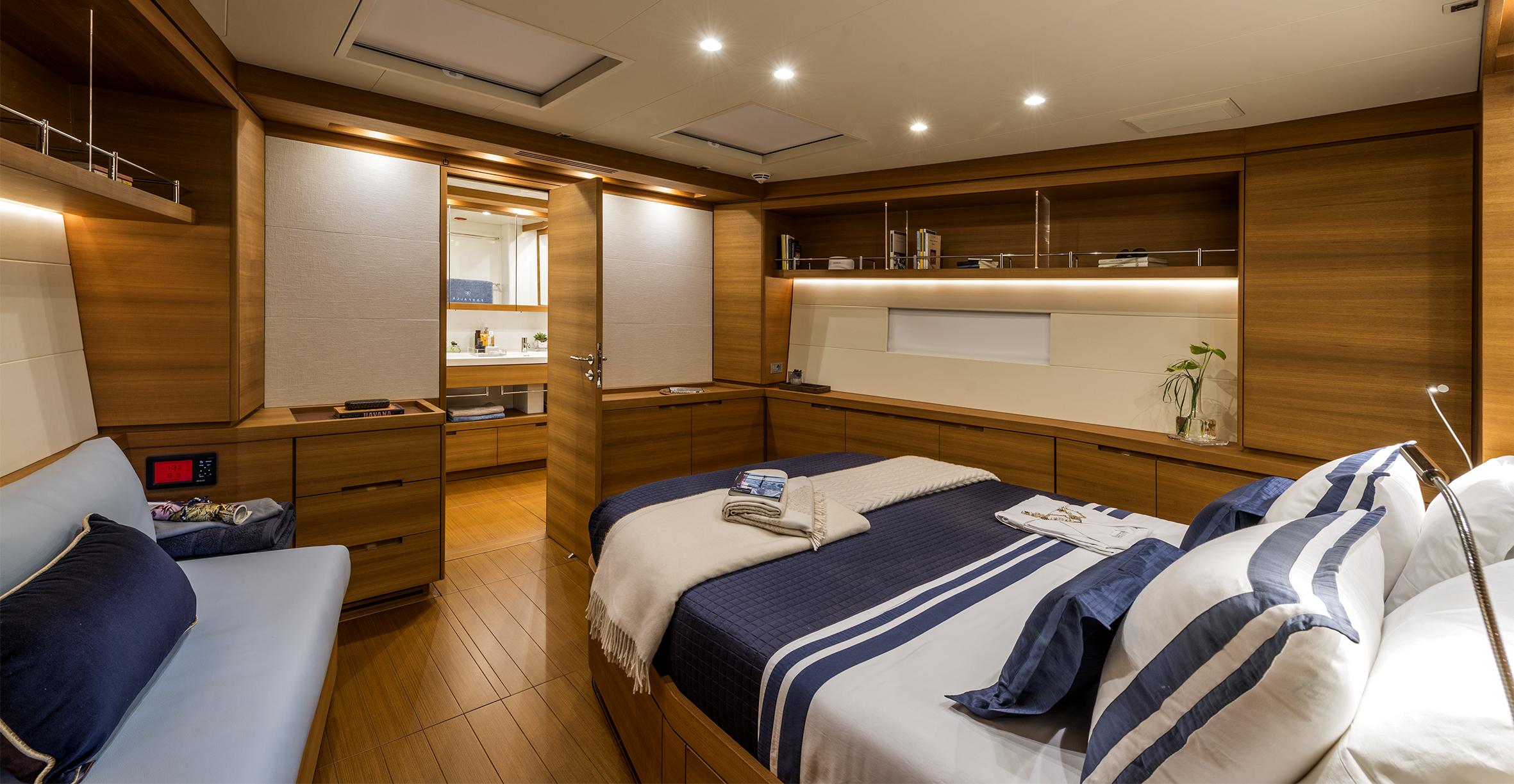 Yacht Farfalla master cabin