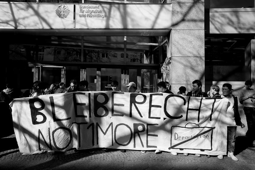 Afghanen protestieren vor dem BAMF in Berlin gegen Abschiebungen