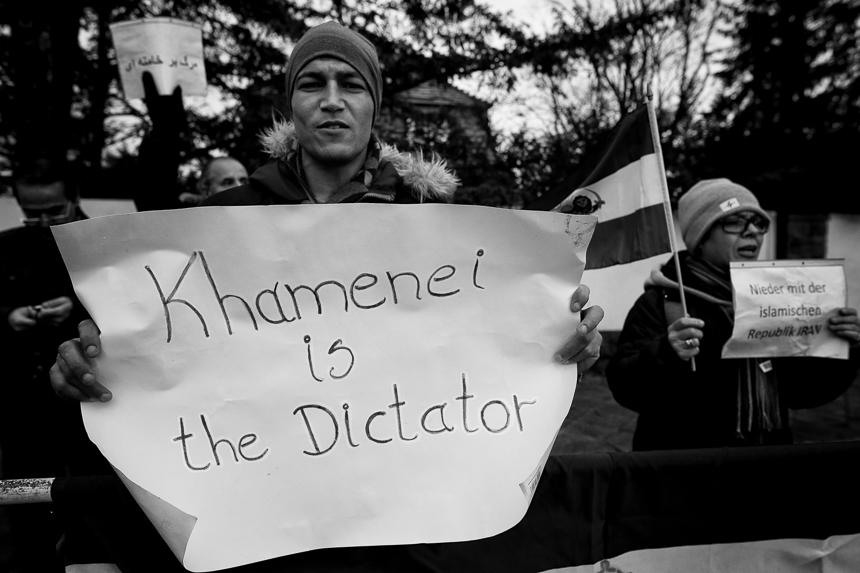 Monarchisten protestieren in Berlin vor iranischer Botschaft