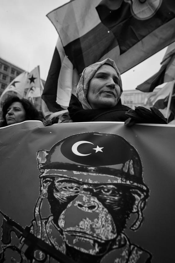 Kurden protestieren in Berlin gegen türkischen Angriff auf Afri