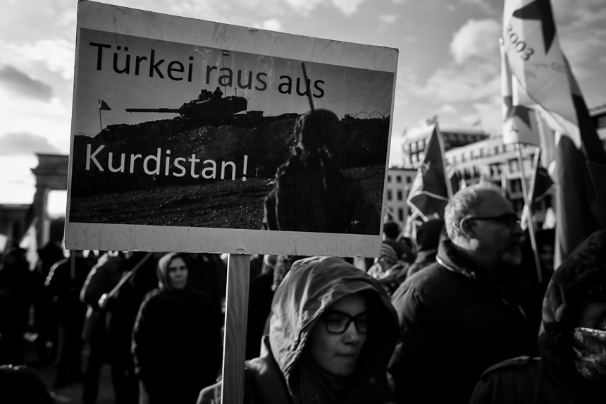 Kurden protestieren in Berlin gegen den Einmrsch der Türkei in