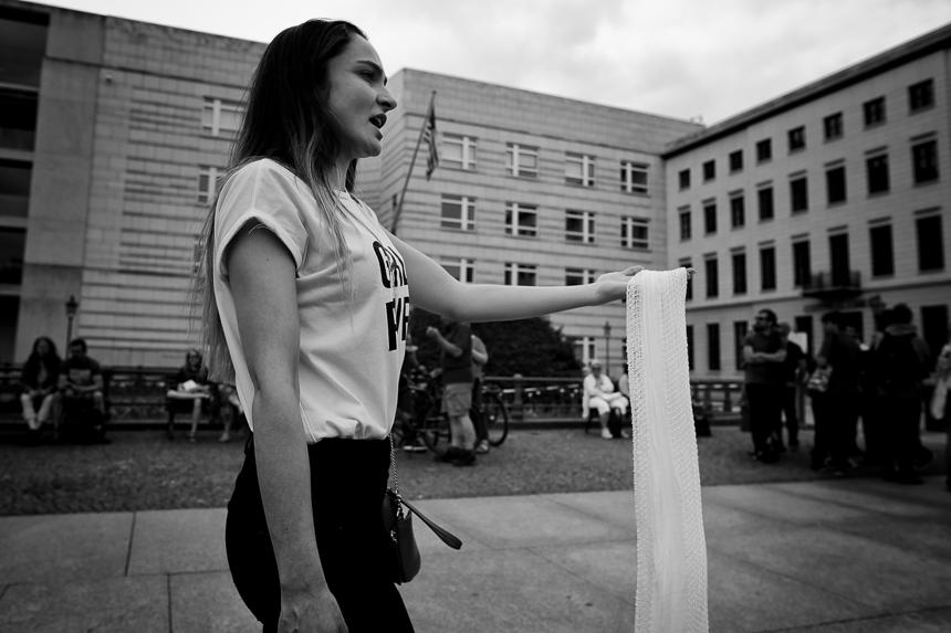 Frauen in weiß protestieren in Berlin für Freiheit im Iran