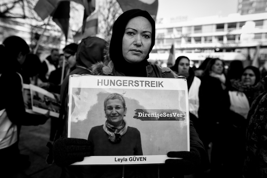 Kurden solidarisieren sich in Berlin mit hungertreikenden Aktivi
