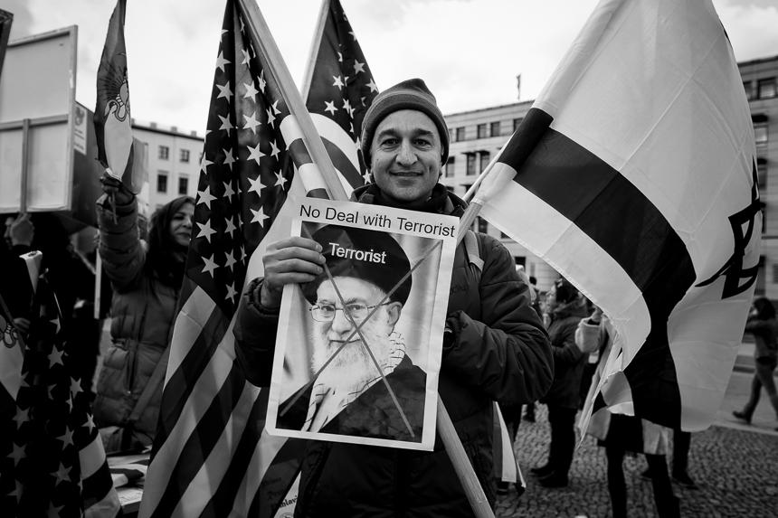 Iranische Monarchisten protestieren in Berlin gegen das Regime i