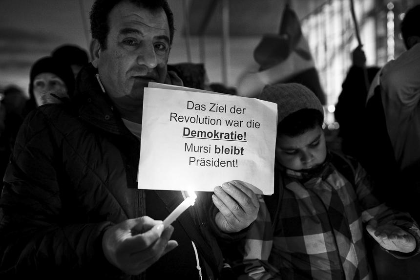 Rund 150 Personen versammelten sich zwischen Bundeskanzleramt und Reichstag in Berlin, um dem ägyptischen Präsidenten Mohammed Mursi während seines Kurzbesuches in Deutschland ihre Unterstützung auszudrücken. In Reden wiesen die Demonstranten darauf hin, dass Mursi der legitime, weil gewählte Präsident Ägyptens sei.