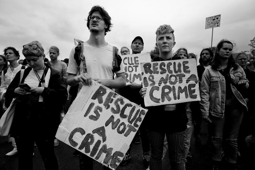 Seebrücke Protest in Berlin gegen Kriminalisierung von Seenotre