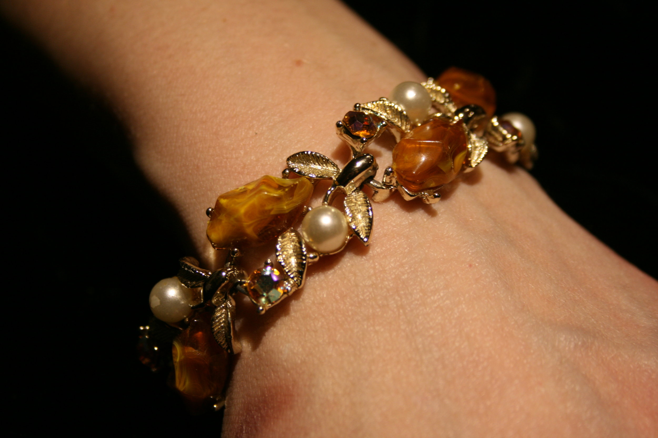 bracelet made of pearls, beads and gold