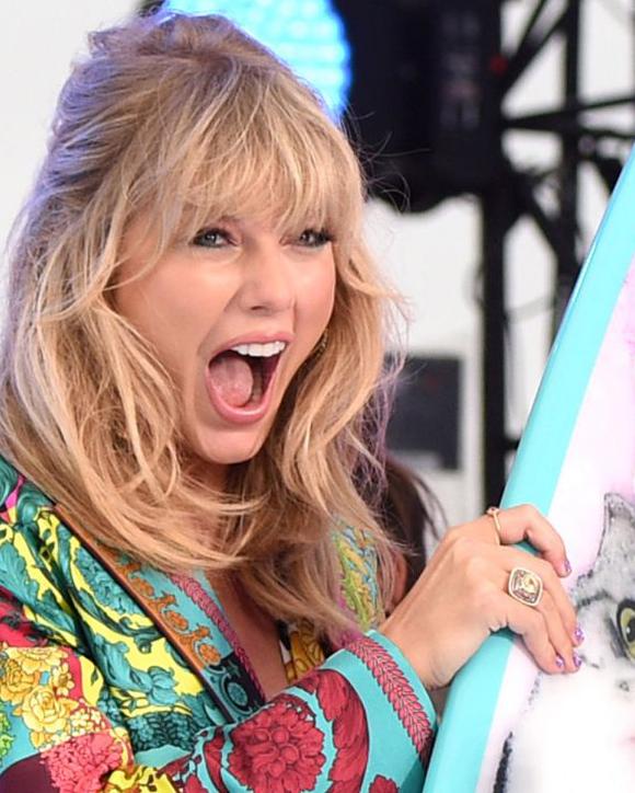 Taylor Swift wears VRAM sapphire ring