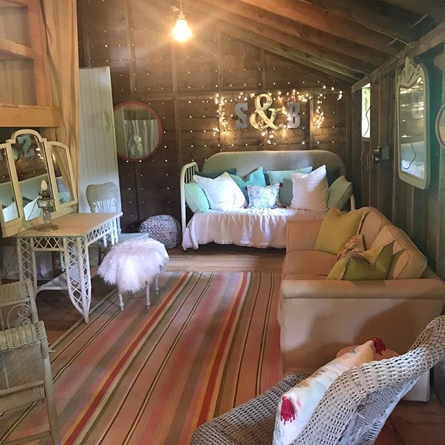 Our new Bridal Lounge has been in instant hit !! Created by @design_source_home  #brideslounge #vermontbarnweddings #uppervalleyweddingvenue #uppervalleyweddingbarn #barnweddings #norwichvt #hanovernhweddingvenues#barnwedding