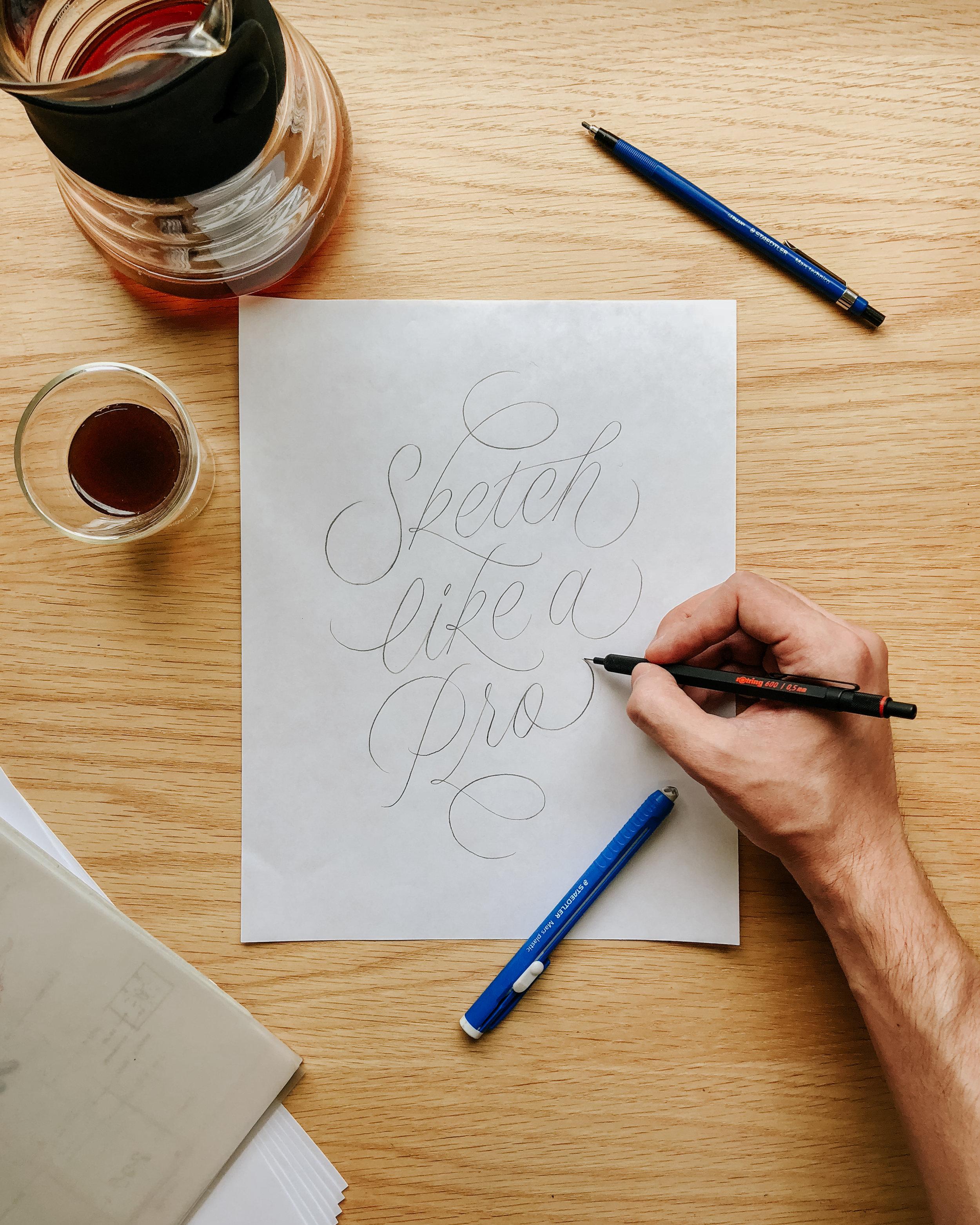 MEDIANTE EJERCICIOS - Lograrás paso a paso a partir del lápiz:· Adiestrar tu técnica y dominar los trazos básicos de la caligrafía· Plasmar tus ideas en un boceto detallado y profesional· Aprender a manejar las curvas Bézier para vectorizar tu diseño