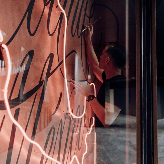 1/3; Este mural busca reflejar la riqueza cultural y gastronómica de nuestro país. El talento, creatividad y corazón de su gente. Un mural que demuestre el orgullo de ser mexicano #lacocinademéxico . . . . . #branding #brandingdesign #copperplatecalligraphy #restaurantdesign #restaurantbranding #branddesign #lettering #identitydesign #calligraphy #handlettering #typography #signpainting #signpainter #signwriter #mexicanrestaurant #designspiration #visualidentity #designfeed #logoinspirations #dribbble #worldbranddesign #letteringco #ligaturecollective #typematters #tyxca #strenghtinletters #latequila #diseñomexicano #mexicandesign