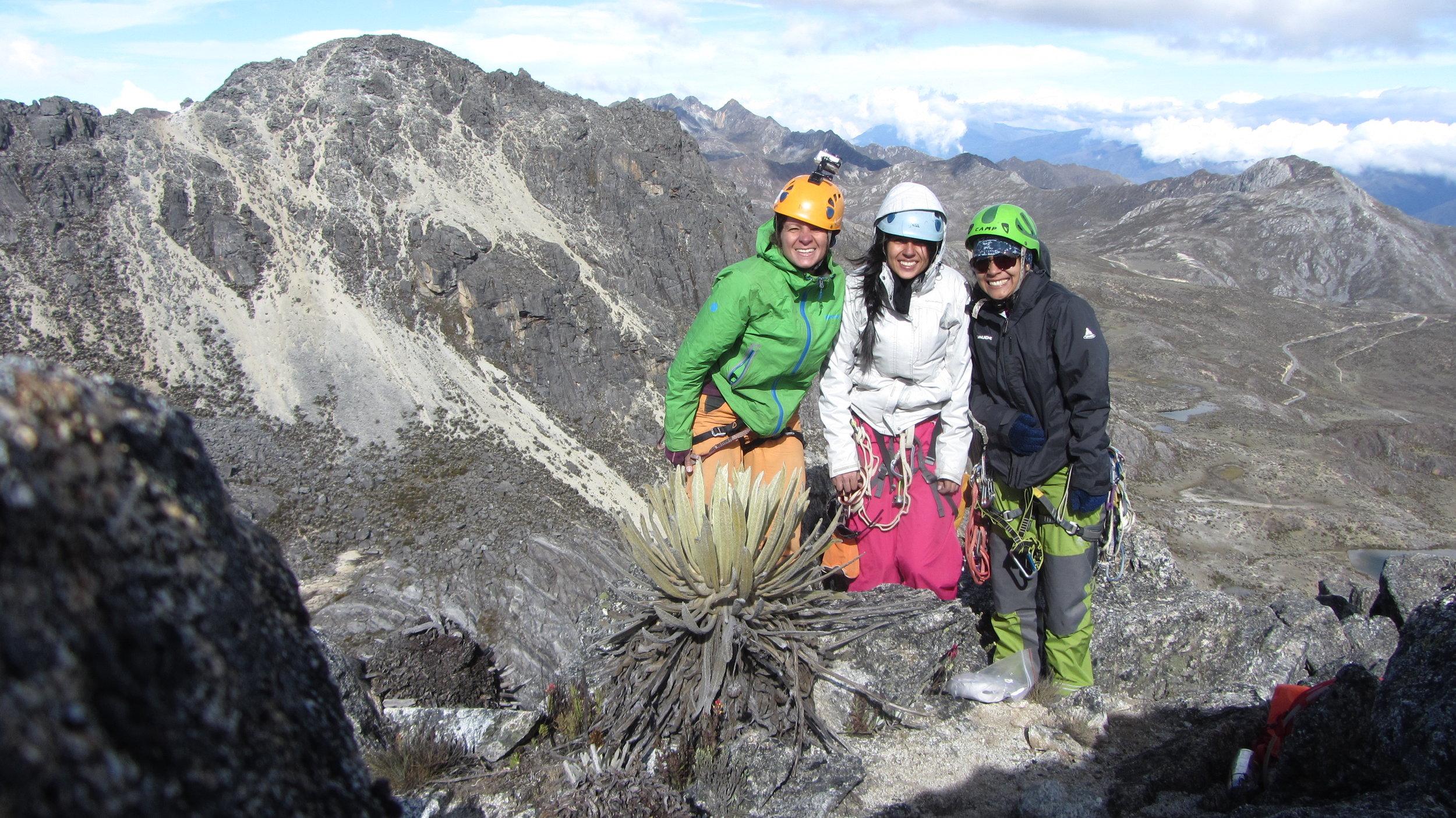 Geraldine, Vanessa y Roxana luego de escalar en el Pico Mucumpisito, Edo. Mérida, Venezuela