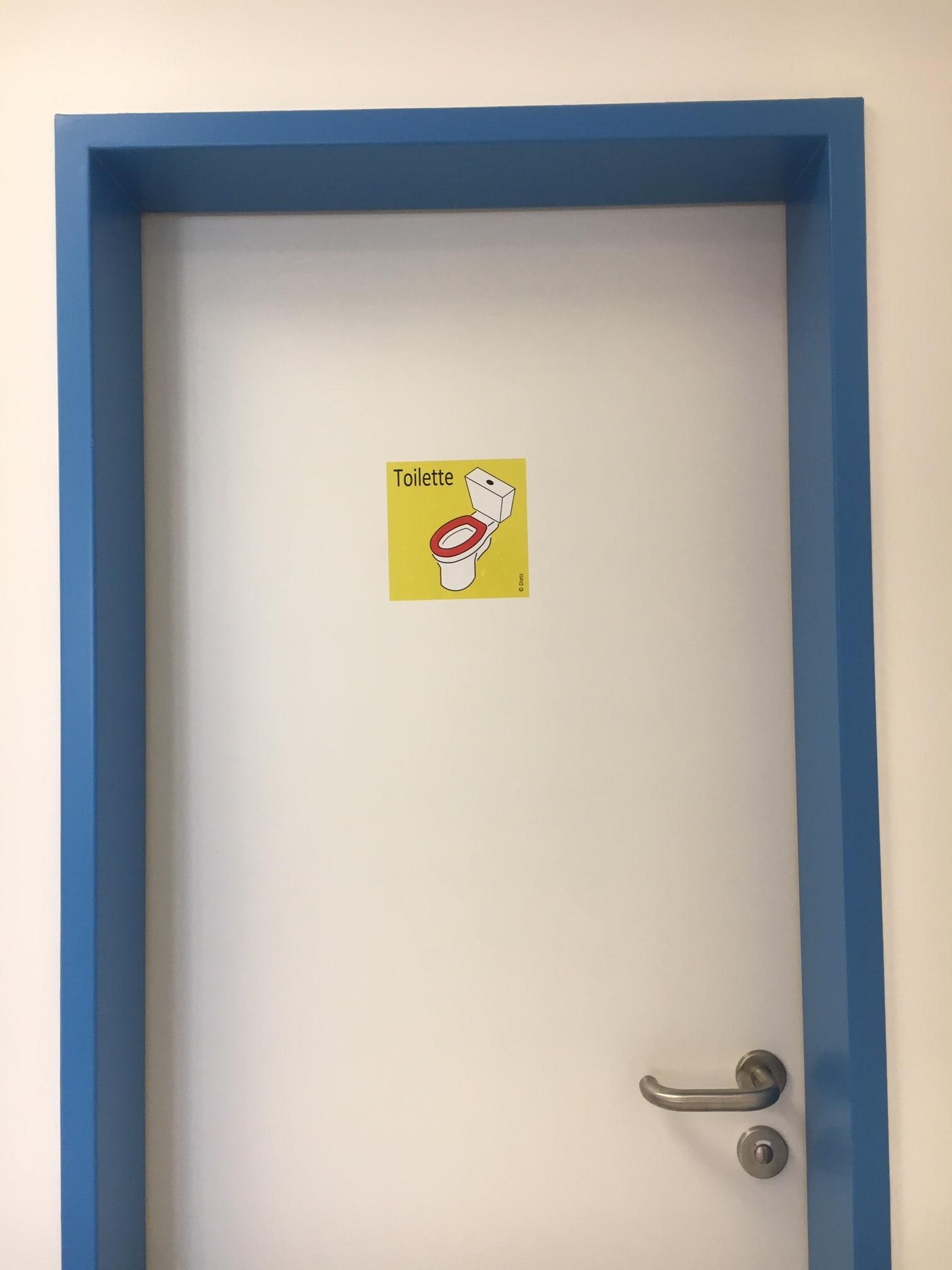 Tür mit Toilettenaufkleber.jpg
