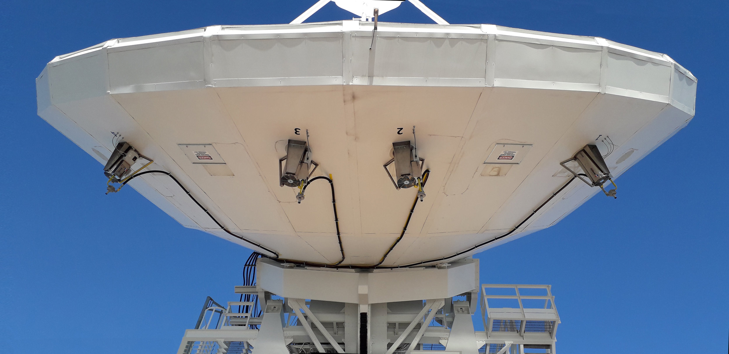 Hot air generators to heat the antennas of a large teleport that works with in-orbit control of satellites